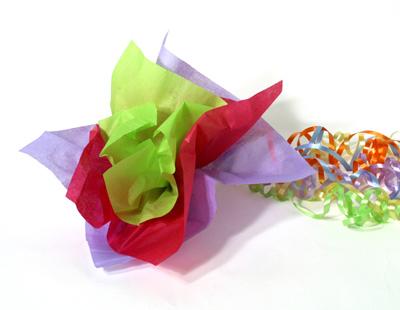 Flores de papel de seda revista fiestafacil - Envolver regalos con papel de seda ...
