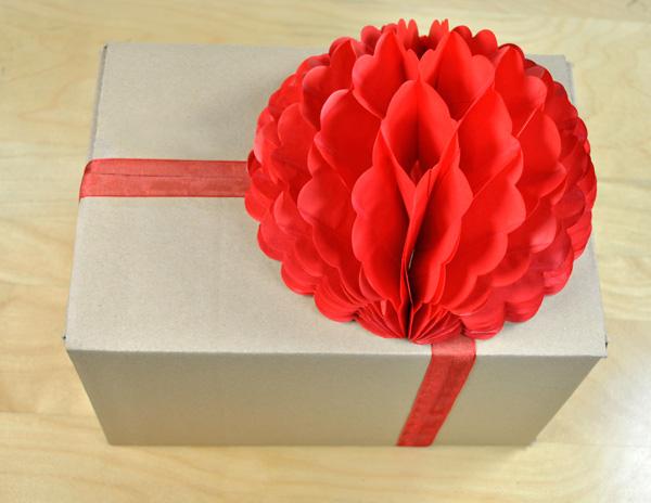 Ideas para envolver regalos con bolas de nido de abeja - Envolver regalos con papel de seda ...